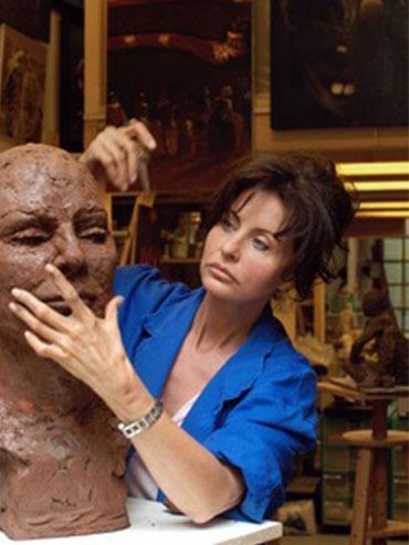 Artiste MYRIAM COENCAS entrain de faire un sculpture